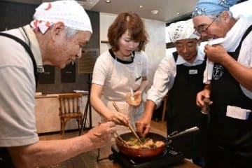 ケアメンに料理教室 家事に親しみ、孤立化も防ぐ