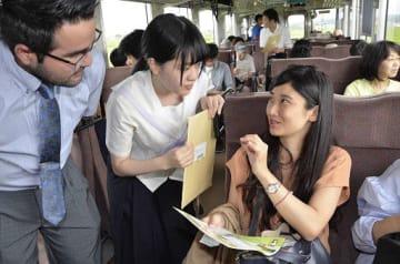 手作りのパンフレットを手に津鉄の見どころを紹介した生徒(中)