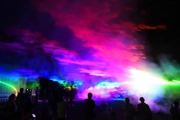 夏の夜空を幻想的に彩るオーロラファンタジー=14日午後7時35分、日光市湯西川