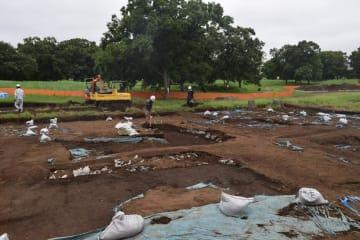 縄文時代晩期の住居跡解明を目指し「南貝塚」の北東端で始まった発掘調査=千葉市若葉区の加曽利貝塚