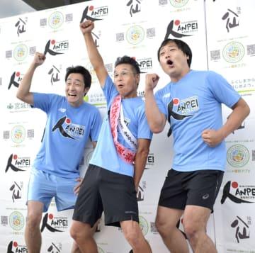 「みちのくマラソン」のスタートを前に、意気込むタレントの間寛平さん(中央)ら=15日午前、岩手県山田町