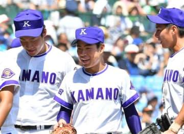 8回裏の守備を終え、チームメートと笑顔でベンチに戻る佐々木大夢主将(中央)