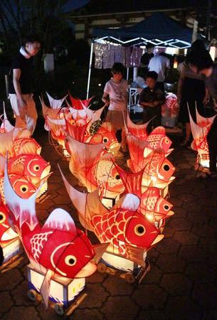 温かな明かりを楽しんだ「鯛の盆」=13日、新潟市西蒲区