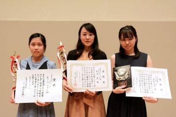 (左から)熊日賞の鹿子木日向子さん、協会グランプリ賞の松永藍さん、八代市賞の永井里佳さん=八代市