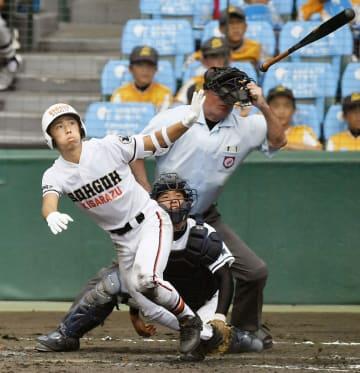 興南―木更津総合 5回表木更津総合1死、東が左越えに本塁打を放つ。捕手遠矢=甲子園