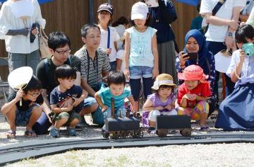 精巧に再現された蒸気車の行方を見守る子どもたち=佐賀市の佐賀城本丸歴史館