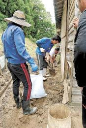 住宅にたまった土砂を撤去するボランティア=山形県戸沢村角川地区