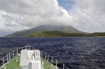 海上保安庁の巡視船たかちほが撮影した鹿児島県の口永良部島。噴火警戒レベルが4に引き上げられた=15日午後2時55分(第10管区海上保安本部提供)