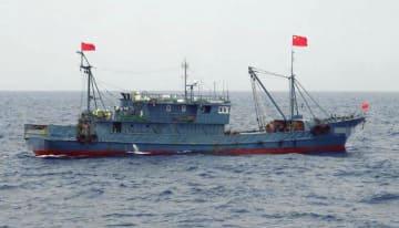 2016年8月、沖縄県・尖閣諸島周辺の領海に侵入した中国漁船(第11管区海上保安本部提供)