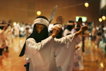 島根県指定無形民俗文化財の盆踊り「津和野踊り」=15日夜、島根県津和野町