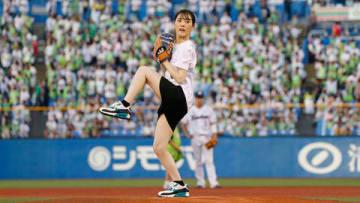 東京ヤクルトスワローズ×読売ジャイアンツ戦で始球式をする北香那さん
