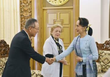 大島賢三・元国連大使(左)と握手するミャンマーのアウン・サン・スー・チー国家顧問兼外相=15日、ネピドー(共同)