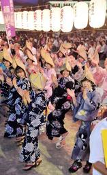 木製やぐらを囲み、楽しげに踊る参加者たち=篠山市北新町、篠山城跡三の丸広場