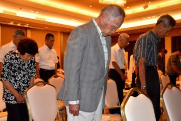 黙とうをして戦没者を追悼する出席者=15日正午、宮崎市の神宮会館