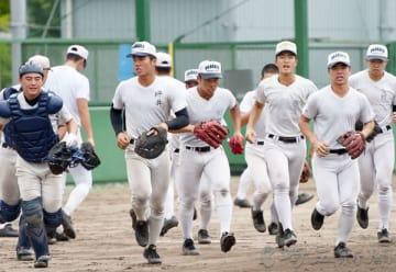 シートノックで守備位置へ駆けだす浦和学院ナイン=15日午前、兵庫県伊丹市の伊丹スポーツセンター野球場