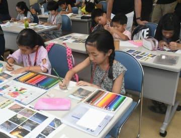 三浦の風景などをはがきに描く子どもたち=三浦市三崎