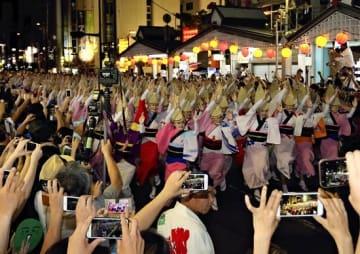 2018年阿波おどり 独自に総踊りを披露する「阿波おどり振興協会」の踊り手ら(写真:読売新聞/アフロ)