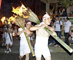 8年ぶり復活!麓山の火祭り 富岡に復興の炎...たいまつ山頂へ