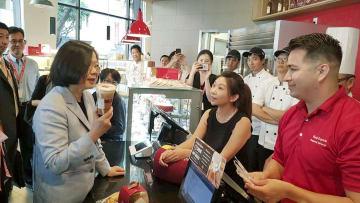 12日、米ロサンゼルスでカフェチェーン「85℃」に立ち寄る台湾の蔡英文総統。同行している立法委員(国会議員)が13日、フェイスブックで公開した(共同)