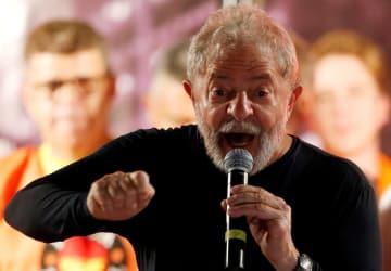 ブラジル南部クリチバで演説するルラ被告=3月(ロイター=共同)