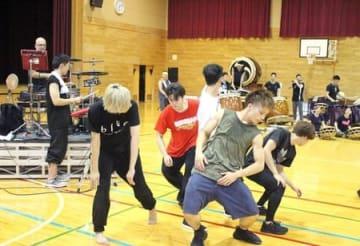 本番に向けたリハーサルで、音や動きを確認し合う鼓童とゲスト出演者=15日、佐渡市深浦