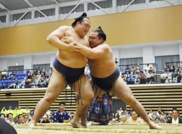 押し込む鶴竜(右)と耐える稀勢の里。結びの一番は横綱らしい力強い取組だった