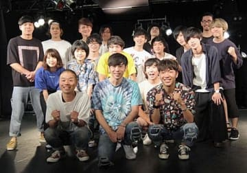 前列はアキナ山名、寺岡審査委員長、アキナ秋山(左から)。後方は最終審査に残った5組のバンドメンバー=大阪市淀川区