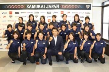 侍ジャパン女子代表の選手たちとトップチームの稲葉監督【写真:石川加奈子】