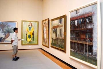 多様な具象画が並ぶ光風会愛媛支部の絵画展