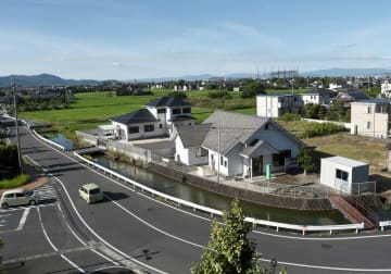 土地区画整理事業が計画されている南区役所の周辺。農地の間に真新しい住宅が増えている=14日、熊本市南区