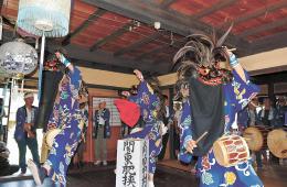 民家の仏間で奉納された獅子踊り