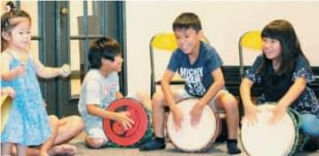 打楽器などに触れて楽しむ子どもたち=25日午後、別府市