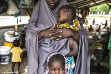 ナイジェリア北東部、グウォザの避難民キャンプで暮らす母子