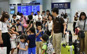 帰国ラッシュのピークを迎え、混雑する関西空港の国際線到着ロビー=16日午後