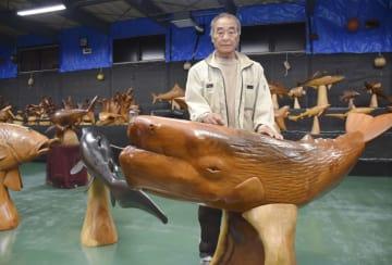 「魚の番屋」の作品群と深渡栄一さん=岩手県野田村