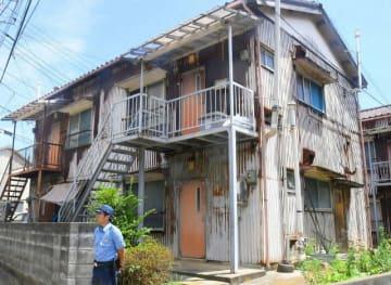 2階の1室から、ミイラ化した遺体が見つかったアパート=三浦市原町