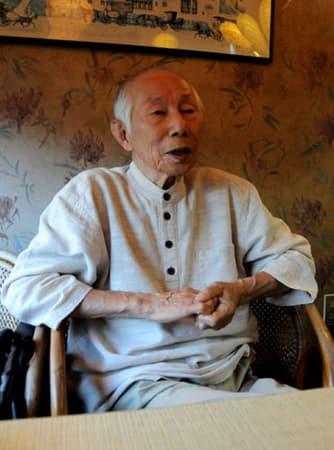 米軍機の機銃掃射や日本軍機の墜落を間近で見た経験を語る上村さん(宇治市五ケ庄)