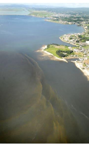 有明海から諫早湾に広がった赤潮(手前)=2007年8月