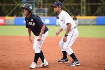 走塁を実践して選手に指導する侍ジャパンU-12代表・仁志敏久監督(右)【写真:Getty Images】