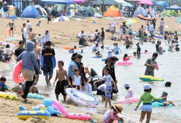 海水浴を楽しむ大勢の家族連れら=2018年7月、福井県内の海水浴場