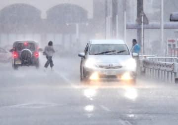 激しく降る雨で視界が悪くなった道路=8月16日午後4時45分ごろ、福井県福井市大和田2丁目
