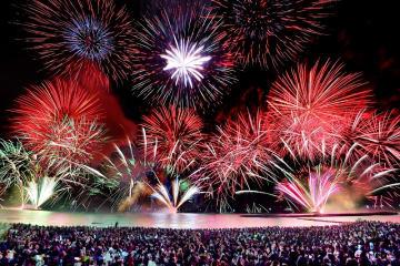 色とりどりの大輪が夜空を彩った「とうろう流しと大花火大会」=8月16日夜、福井県敦賀市松島町(多重処理)