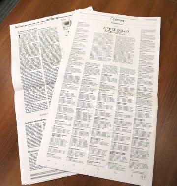 報道の自由の必要性を訴え、トランプ氏に反論する社説を掲載した16日付のニューヨーク・タイムズ(右)とワシントン・タイムズの紙面(共同)