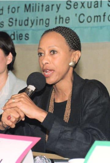 記者会見する人権活動家のマクドゥーガルさん、1999年6月撮影