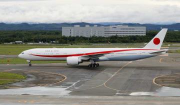 新千歳空港に着陸した新政府専用機のボーイング777―300ER=17日午前