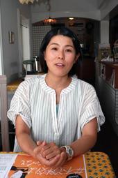 不登校の子どもを持つ保護者グループ「明るい不登校ママの会」を主宰する岩本真弓さん=加古川市内