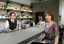 「プロアマ問わず、気軽に利用してほしい」と話す濱谷章子さん(右)とバーテンダーの松本直也さん=神戸市中央区中山手通1