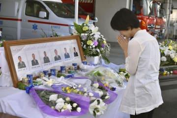 吾妻広域消防本部にある献花台の前で手を合わせる女性=17日午前、群馬県東吾妻町