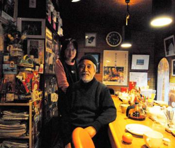 多くのジャズ関係者や地元住民らに親しまれたクイーン店主の佐々木賢一さん(右)と多恵子さん=2011年1月、大槌町大町