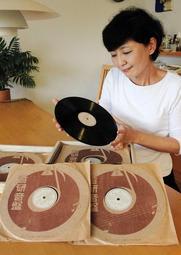 村野弘二さんが出征前に録音したレコードを見詰めるめいの中林敦子さん=埼玉県入間市